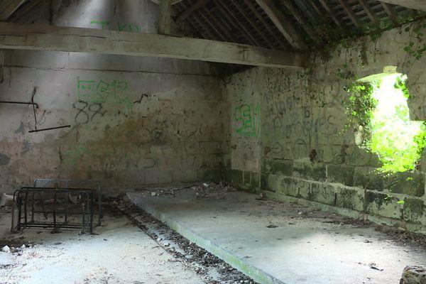 À l'intérieur, les murs du lavoir de Trosly-Loire dans l'Aisne sont dégradés et taggés