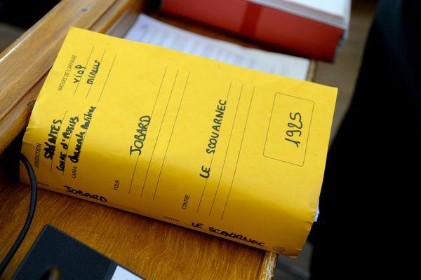 Le dossier de l'affaire Le Scouarnec, lors de son premier procès - Photo d'illustration