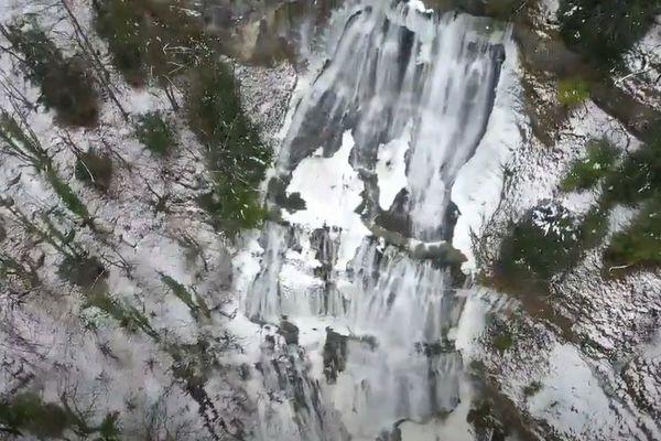 Les cascades du Hérisson en plein hiver.
