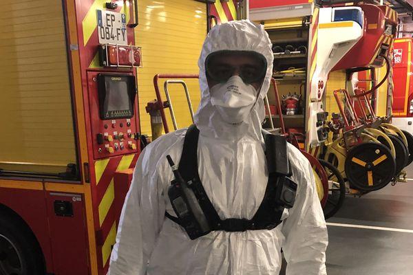 Pompiers : l'ensemble combinaison, masque, lunettes et gants pour une intervention sur une suspicion de coranavirus