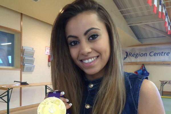 Emily Thouy présente sa médaille d'or décrochée au Jeux Européens de Bakou