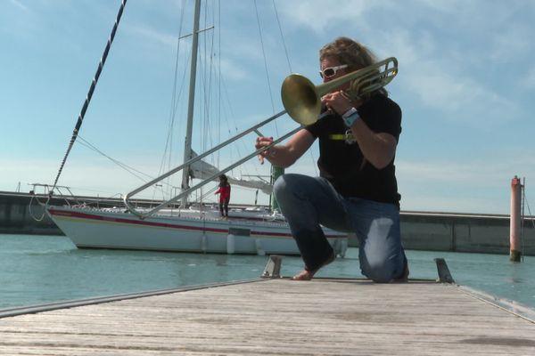 Pierre Dandin, musicien breton exilé en Normandie, joue du trombone chaque matin dans le port de Granville
