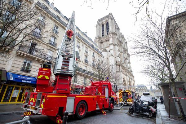 Un incendie s'est déclaré au 14, rue du Cloître à Paris faisant quatre blessés dont deux grièvement.