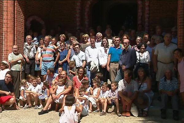 Les couples mariés avec leur famille devant la chapelle de Notre-Dame d'Arliquet.