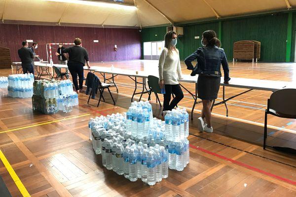 Distribution de bouteilles d'eau à La Balme-de-Sillingy.