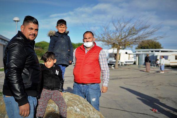Gens du voyage avec leurs enfants sur l'aire de Cabestany
