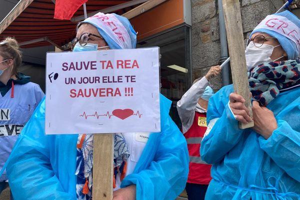Mobilisées partout en France, les infirmières qui travaillent en réanimation pour une reconnaissance de leurs compétences spécifiques. Ici, devant la mairie d'Avranches pour se rendre visibles auprès de la population et des élus.