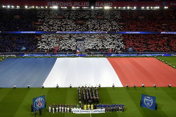 Un hommage a été rendu aux victimes des attentats de Paris, e 2 novembre 2015, au Parc des Princes.