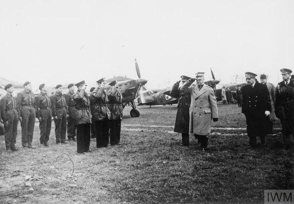 Le général Sikorski saluant les pilotes de chasse polonais en France, le 12 avril 1940.