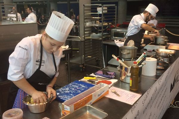 Les deux candidats en cuisine ont 3h30 pour sortir un plat salé et un plat sucré. Un troisième candidat est en charge du service.
