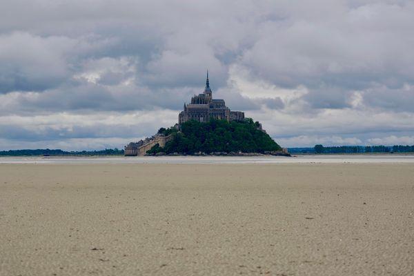 Image rare du Mont Saint-Michel et sa baie totalement déserts, sans touristes ni randonneurs.