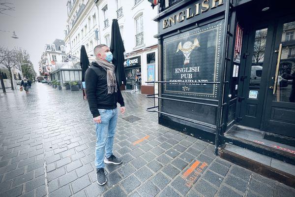 Damien Carlier devant son établissement de la Place d'Erlon