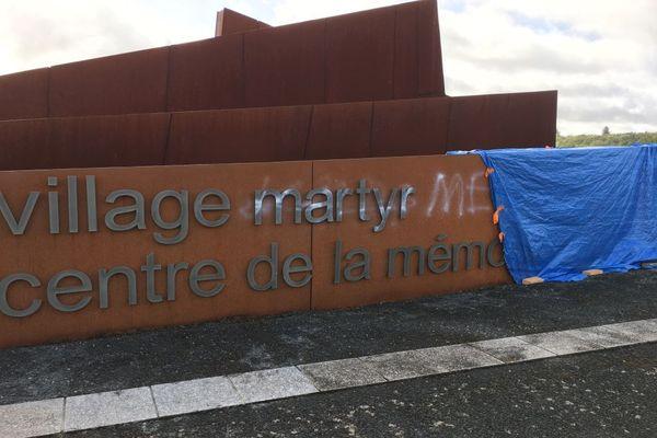 Le graffiti révisionniste fait à l'entrée du Centre de la Mémoire d'Oradour-sur-Glane a été recouvert d'une bâche