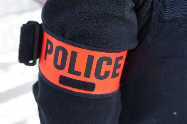 Un brassard de policier (image d'illustration).