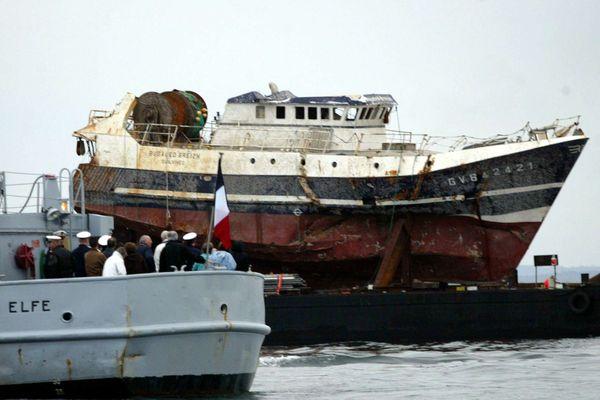 L'arrivée de l'épave du Bugaled Breizh à Brest en 2004