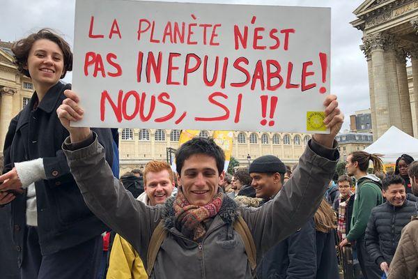 """Les collégiens et lycéens ont été particulièrement créatifs dans leurs pancartes pour cette première """"Grève mondiale pour le futur""""."""