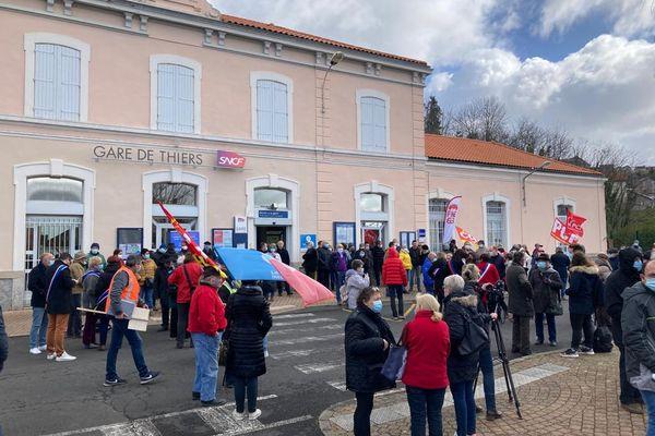 Un rassemblement s'est déroulé dimanche 14 mars devant la gare de Thiers, dans le Puy-de-Dôme. L'objectif : contester la fermeture de la ligne de train régional qui relie Thiers à Boën (Loire). Déjà suspendue, elle est vouée à disparaître en juillet 2021.