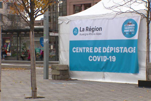 Un des centres temporaires de dépistage massif Covid, installé devant la gare de Lyon Part-Dieu, pour la campagne de la Région Auvergne-Rhône-Alpes.