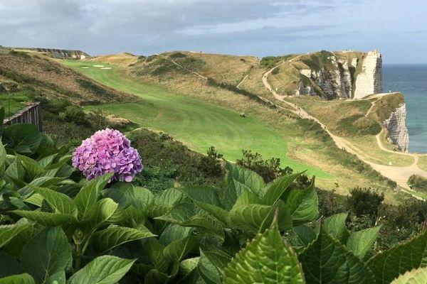 Tout en montée, le long des falaises, et près de l'aiguille, le trou signature du golf d'Etretat : le numéro 10