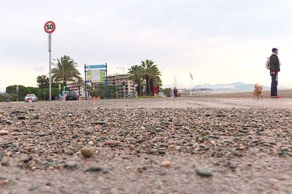 À Cagnes-sur-Mer (Alpes-Maritimes), la tempête Bella a charrié de nombreux galets sur la Promenade de la Plage.