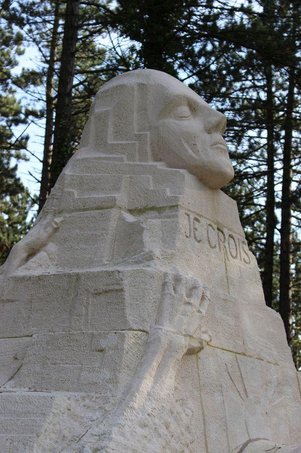 Le monument des Revenants du 106e R.I aux Eparges. Sur son côté gauche, une citation de Maurice Genevoix : « Vous qui avez pris votre vie à deux mains et l'avez portée d'un élan jusqu'aux lèvres de l'entonnoir sous les balles ».