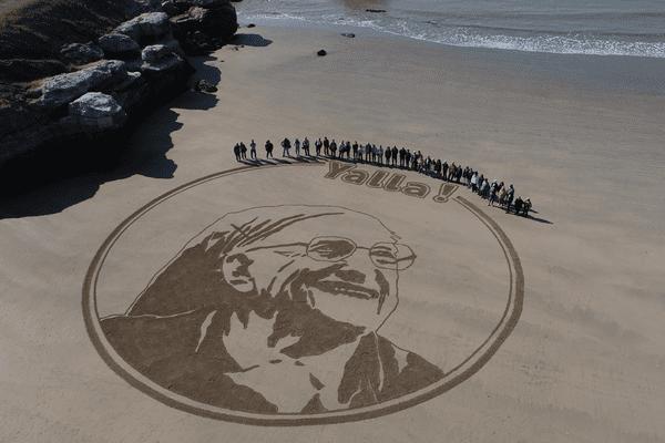 Soeur Emmanuelle dessinée sur le sable à Royan par JBen, artiste beach art