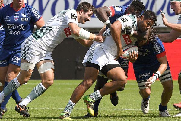 Le palois Frank Halai plaqué par Fabien Alexandre au Stade des Alpes ce dimanche 9 septembre en 3e journée de Top 14.