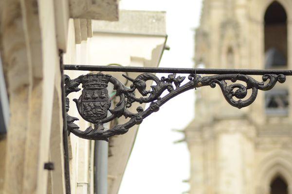 Blason aux abeilles impériales sur une ancienne potence d'éclairage public rue Porion à Amiens