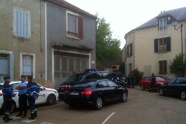 Un périmètre de sécurité a été installé autour du domicile d'un forcené qui a blessé 3 personnes, dont une grièvement, à Asquins, dans l'Yonne, vendredi 19 septembre 2014