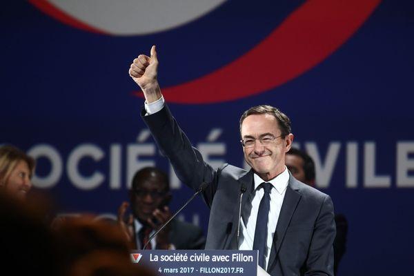 Au meeting d'Aubervillers, le président du conseil régional des Pays de la Loire a défendu son candidat, avant que celui-ci ne prenne la parole.