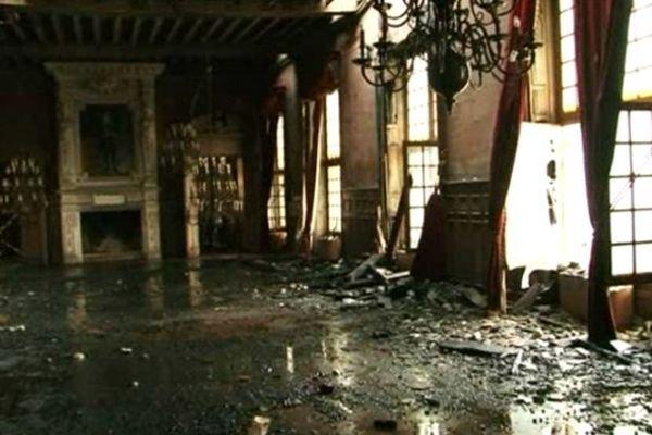 La salle des fêtes de la mairie de La Rochelle détruite par le feu.