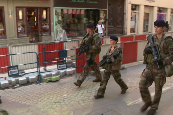 Des militaires de l'opération sentinelle en patrouille, rue Victor Hugo à Lyon