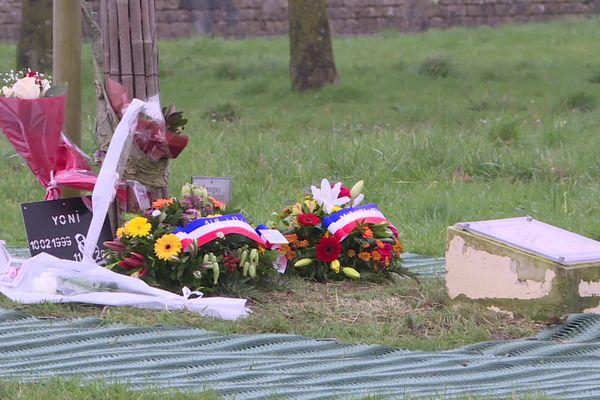 Des fleurs devant la stèle en hommage aux six adolescents tués