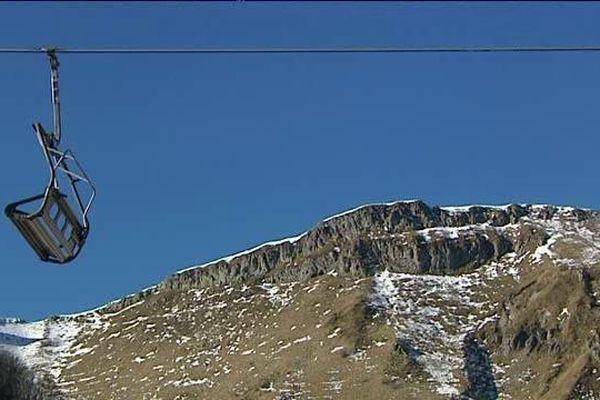 Pour l'instant, par manque de neige, les remontées mécaniques sont à l'arrêt dans la station du Mont-Dore (63). Les professionnels du tourisme et les commerçants espèrent des chutes de neige avant les vacances de Noël.