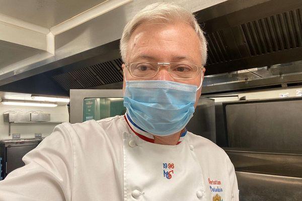 Meilleur Ouvrier de France, le chef étoilé Christian Têtedoie cuisine tous les jours pour le personnel soignants et les patients de l'hôpital Léon Bérard de Lyon.