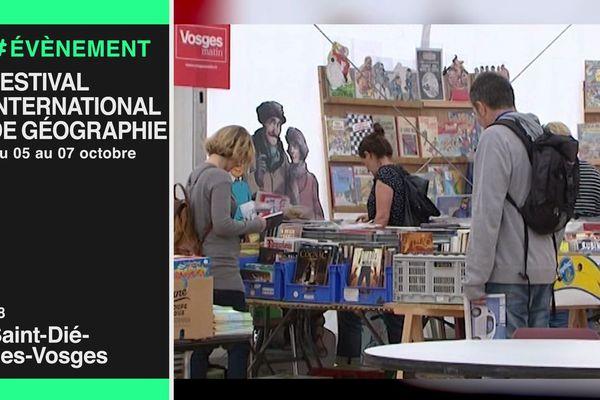 Des visiteurs à la bourse aux livres du festival international de géographie de Saint-Dié 2017