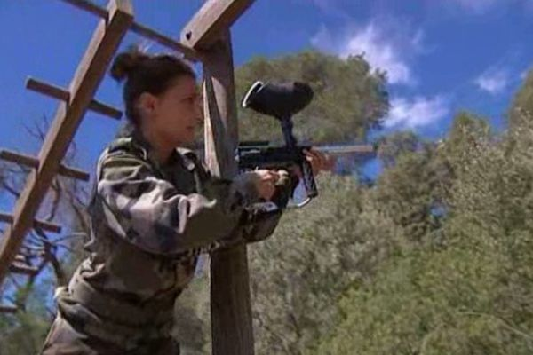 Une stagiaire s'essaie au tir dans le cadre d'un véritable parcours du combattant