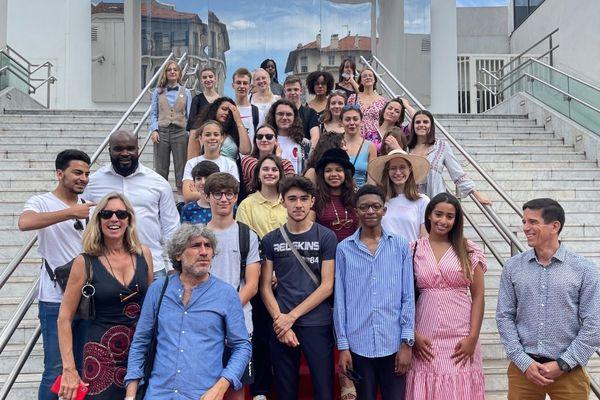 Les jeunes vidéastes sur les marches de la gare de Cannes, dans les Alpes-Maritimes.