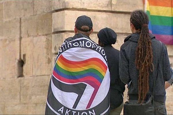 Des Dijonnais se sont recueillis place Darcy pour rendre hommage aux victimes de l'attentat d'Orlando.