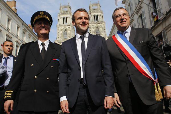 Emmanuel Macron, alors ministre de l'économie du gouvernement Hollande, défile dans les rues d'Orléans aux côtés du maire LR Oliver Carré lors des fêtes de Jeanne d'Arc 2016
