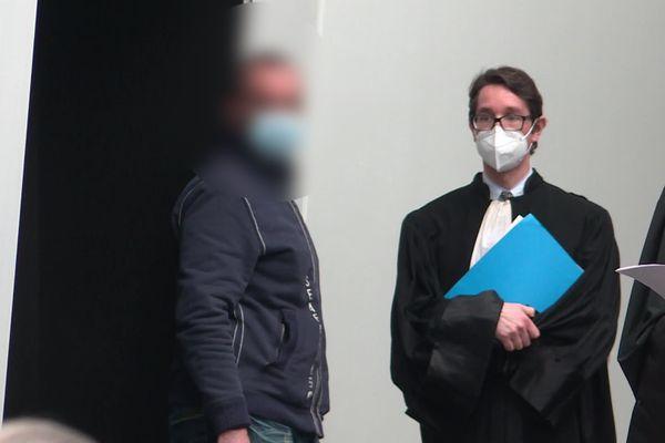 Le policier en compagnie de son avocat, le 22 février 2020 au palais de justice de Limoges