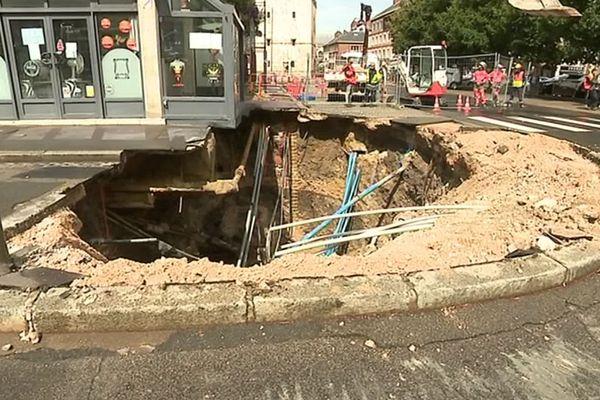 Le trou agrandi au lendemain de l'effondrement de la chaussée à Amiens - 13 août 2019