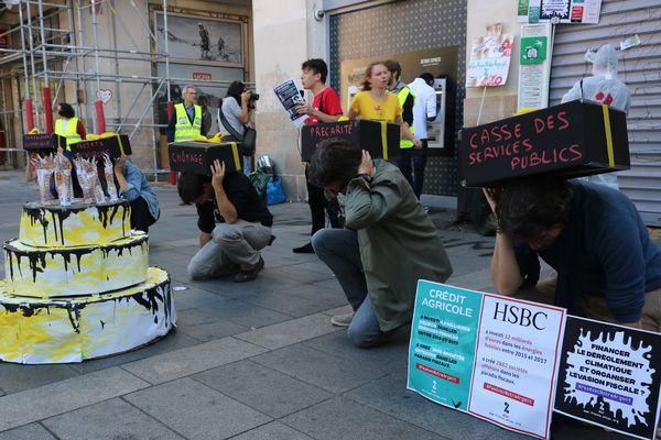 """Les militants ont """"fêté"""" l'anniversaire de la crise financière de 2008, et distribué des parts de financiers aux passants"""