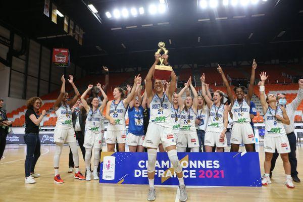 L'équipe de Basket-Landes brandit sa coupe de Championnes de France après sa victoire contre Montpellier, samedi 15 mai 2021 à Bourges.