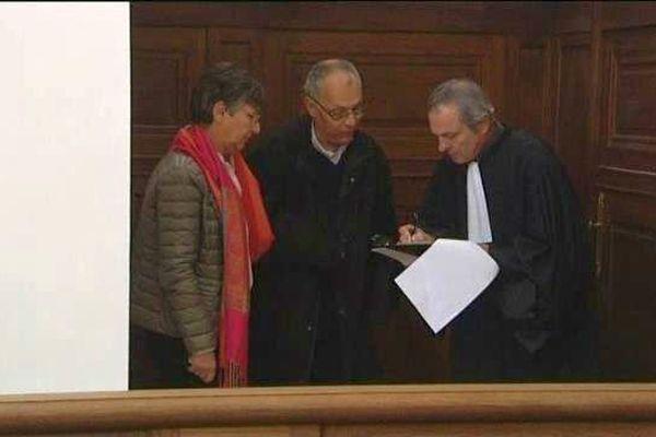 Régis Peillon lors de son arrivée au palais de justice de Chalon-sur-Saône. Il comparaît pour des agressions sexuelles commises alors qu'il portait l'habit.