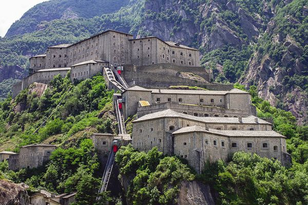"""La forteresse de Bard: le """"vilain"""" fort militaire qui s'est opposé au passage du premier Consul, Bonaparte lors des campagnes d'Italie, est revenu à la vie en gigantesque musée"""