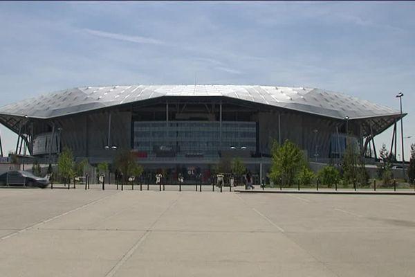 Pour l'heure, aucune marque ne s'affiche au fronton du stade.