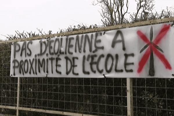 Les habitants de Lorcy dénoncent la proximité des futures éoliennes de leurs habitations et équipements municipaux, lundi 9 janvier 2017.
