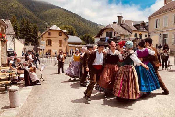 Danses traditionnelles lors de la visite d'Emmanuel Macron sur le Tour de France à Sainte-Marie de Campan (65)