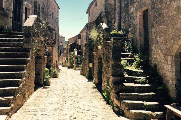 Le village de la Couvertoirade en Aveyron a été fondé par les Templiers à la fin du 12ème siècle. Derrière ses remparts, le visiteur peut découvrir un  patrimoine unique : des maisons aux toits de lauze, d'anciennes bergeries et une réserve d'eau couverte, qui a donné son nom au village.